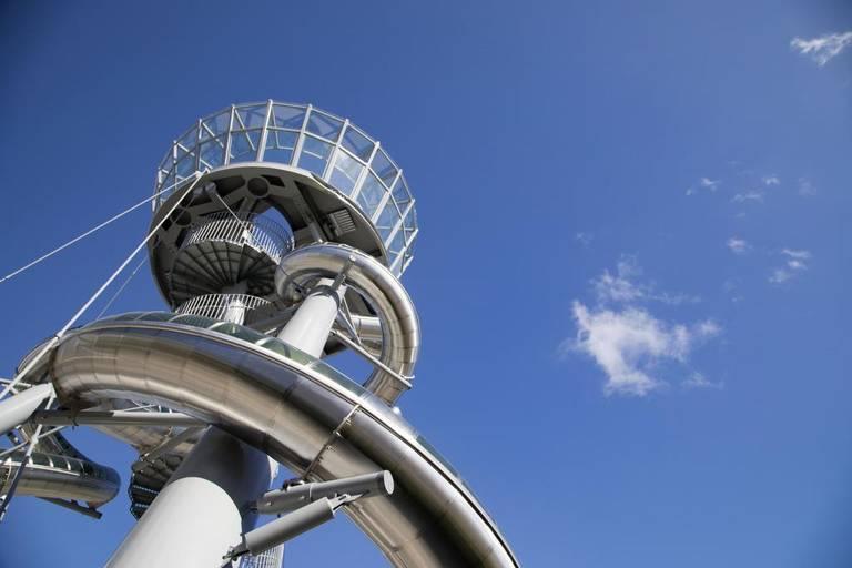 Fotografía cedida donde se aprecia el Aventura Slide Tower creado por el artista belga Carsten Höller, radicado en Suecia y conocido por sus obras de gran formato en espacios públicos, que fue inaugurado el 15 de diciembre en un centro comercial de Aventura, ciudad del condado de Miami-Dade. LEO DÍAZ EFE